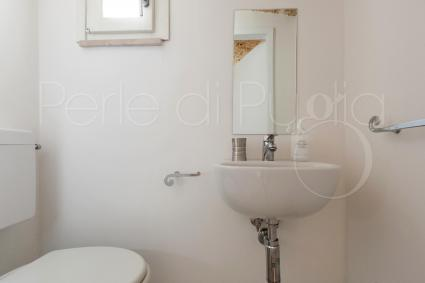 The service bathroom of the apartment for rent for holidays in Salento