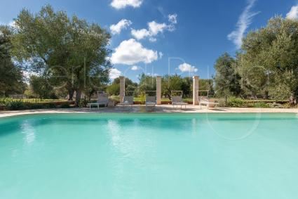 The beautiful swimming pool with solarium, for vacations in the heart of Apulia
