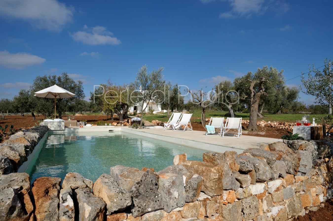 Masseria tipica con piscina nelle campagne di conversano masseria aliva - Masseria in puglia con piscina ...