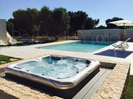 La Jacuzzi riscaldata accanto alla bellissima piscina al sale