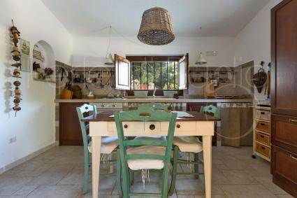 La cucina abitabile in muratura è ben equipaggiata