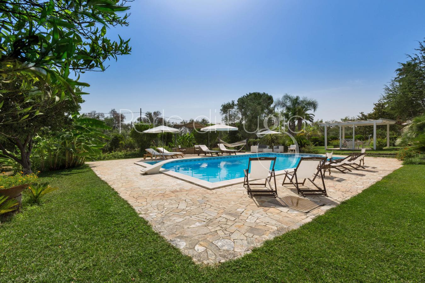Villa con piscina ad aradeo zona gallipoli villa vita - Piscina al coperto con scivoli ...