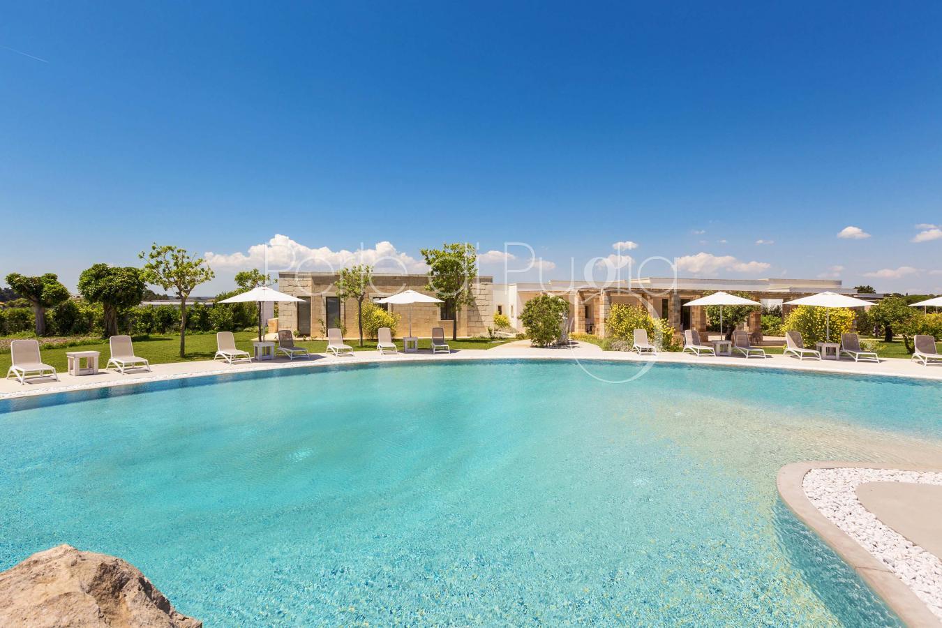 Villetta di lusso con piscina vicino alla spiaggia di for Piscina di lusso