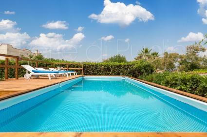 La villa vacanze in affitto ha una bella piscina sopraelevata