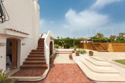 La villa sul litorale tra Bari e Polignano si sviluppa su due livelli