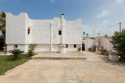La villa ha forme morbide e accoglienti, in pieno stile mediterraneo