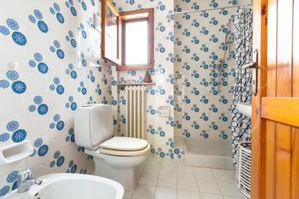 Il primo piano si completa di un secondo bagno doccia