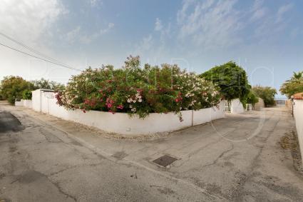 Dalla villa una stradina privata porta all`accesso diretto sulla spiaggia