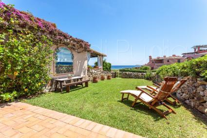 La villa si trova in un complesso, ha accesso indipendente al mare