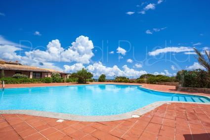 Il complesso è dotato di una grande piscina con acqua di mare, a disposizione degli ospiti