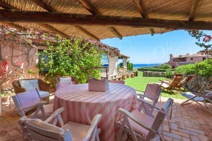 La veranda attrezzata consente di rilassarsi al fresco