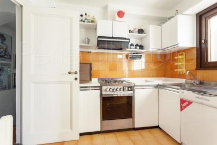 La cucina è ben accessoriata, con forno elettrico, lavastoviglie e lavatrice