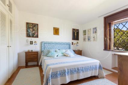 La camera matrimoniale, colori tenui e luce, per vacanze lusso in Sardegna