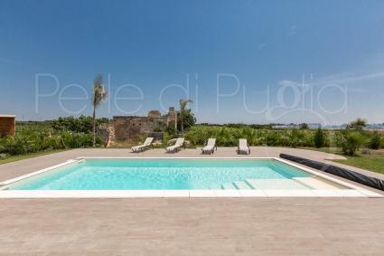 La piscina è corredata da solarium