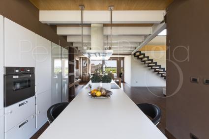 Anche la cucina è bella e moderna