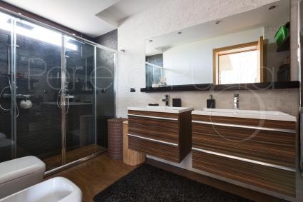 Vi è un bel bagno doccia, per due persone