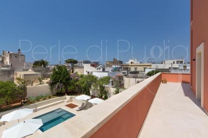 Vista sulla piscina dal terrazzino della camera in b&b per vacanze nel Salento