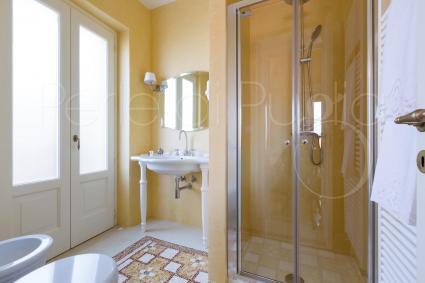 Il bagno doccia dai colori tenui, nella camera Aida di Palazzo Fasti