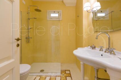 Il bagno doccia dai colori pastello di Delia, camera matrimoniale in b&B nel Salento