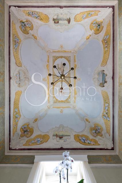Il particolare soffitto del bed&breakfast nel cuore del Salento