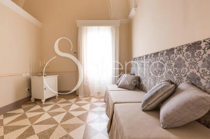 L`ambiente con tre pouf singoli completa la family room di Palazzo Fasti