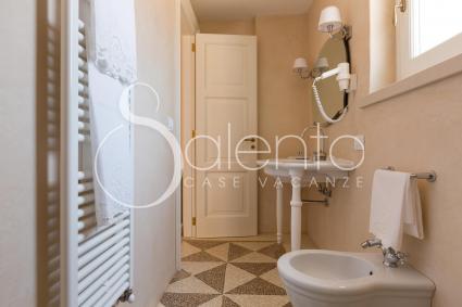 L`elegante bagno doccia della family room Liliana, nel B&b Palazzo Fasti a Casarano