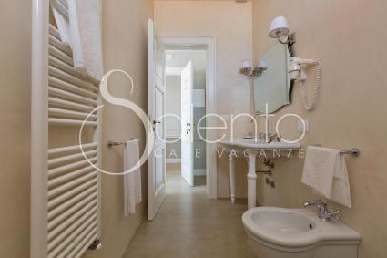 Il bagno con doccia della camera Federica, nel b&b a Casarano