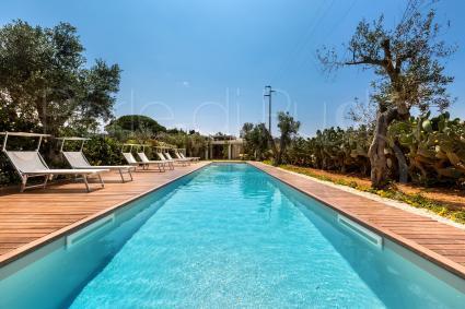 Bellissima e nuova piscina con solarium a pochi minuti dalle spiagge di Baia Verde