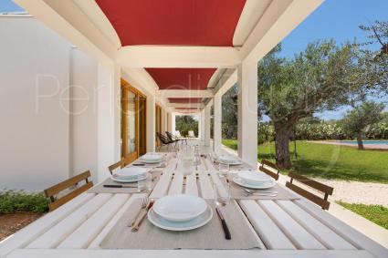 Pranzare e cenare all`aperto, sotto l`ombra del gazebo, durante le vacanze in Puglia