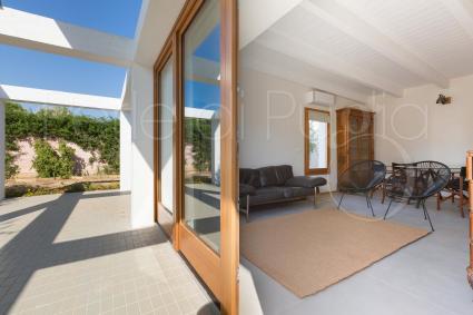 Il living del villino, con arredi di design per le vacanze lusso in Puglia