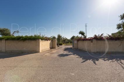 Ampio spazio dedicato al parcheggio interno alla proprietà