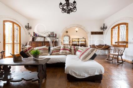 il grande soggiorno con sala pranzo, caminetto e area relax