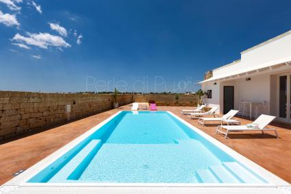 The swimming pool of the villa for holiday rental in the Lower Salento is accompanied by a solarium with sunbeds