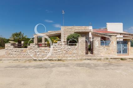 Il prospetto della villetta per vacanze sulla spiaggi di Punta Prosciutto