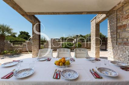 Spazi esterni attrezzati con tavolo e sedie, ideali per cene al fresco