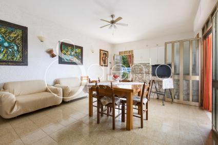 Il soggiorno con sala pranzo e divani per il relax in vacanza nel Salento