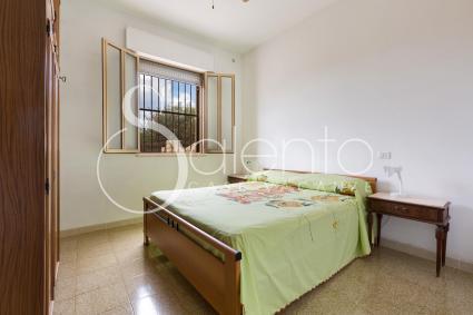 La camera da letto matrimoniale nella villetta in affitto sul mare del Salento
