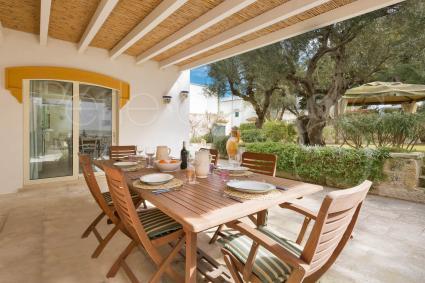 Il patio coperto ideale per pranzare e cenare all`aperto con gli amici