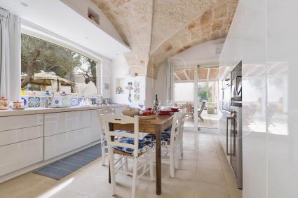 La cucina abitabile con vista sul giardino