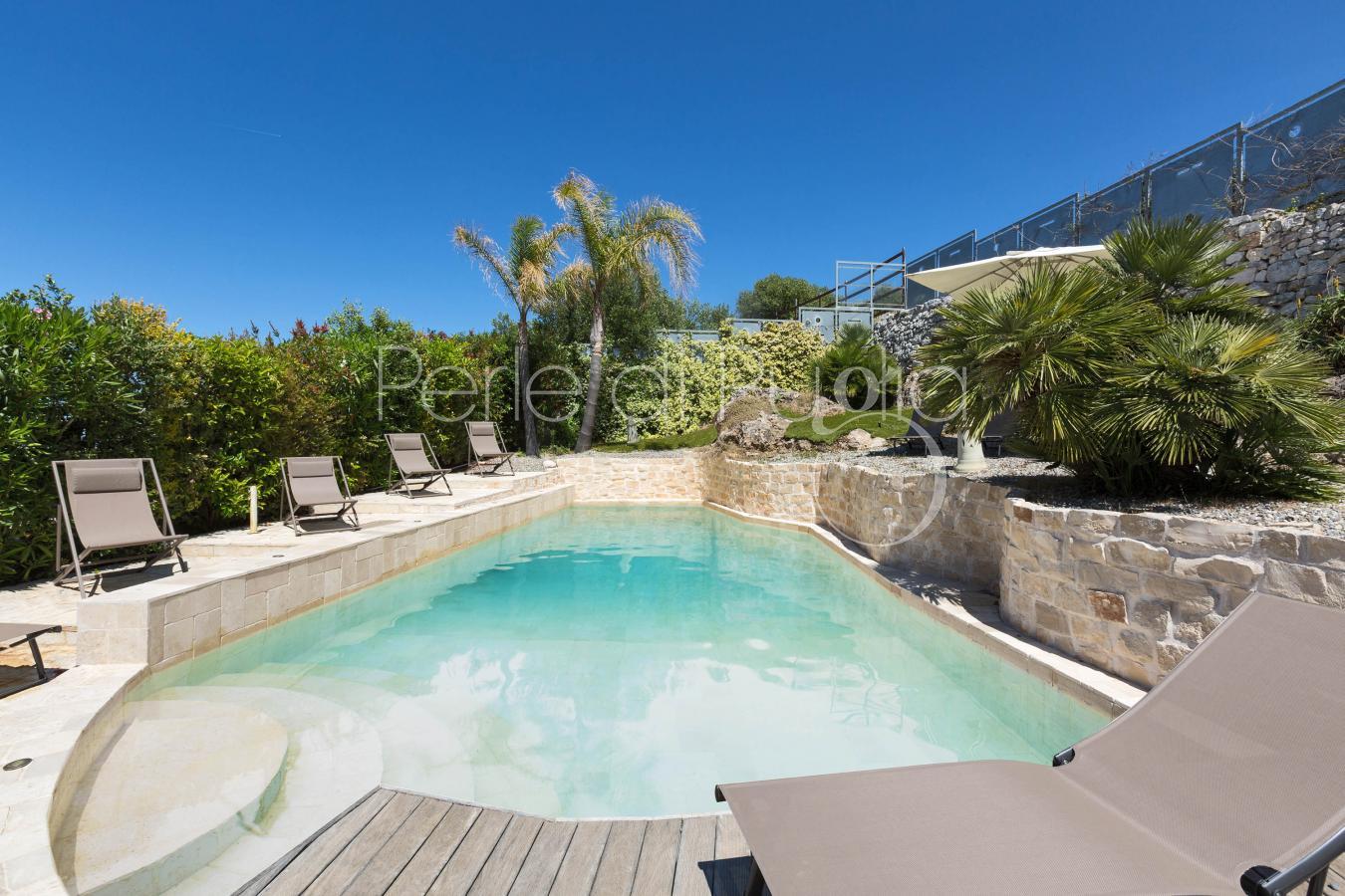 Villa di lusso con piscina e vista mare a polignano for Piscina di lusso