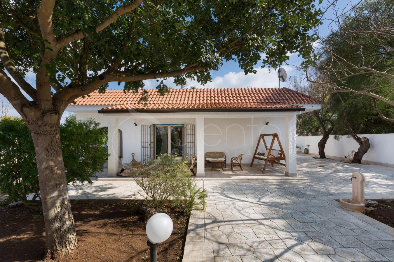 Villa con giardino a pochi metri dalla spiaggia sabbiosa - Ville con giardino foto ...