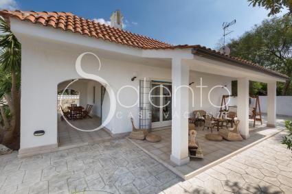 Villa con giardino a pochi metri dalla spiaggia sabbiosa for Kit per il portico anteriore