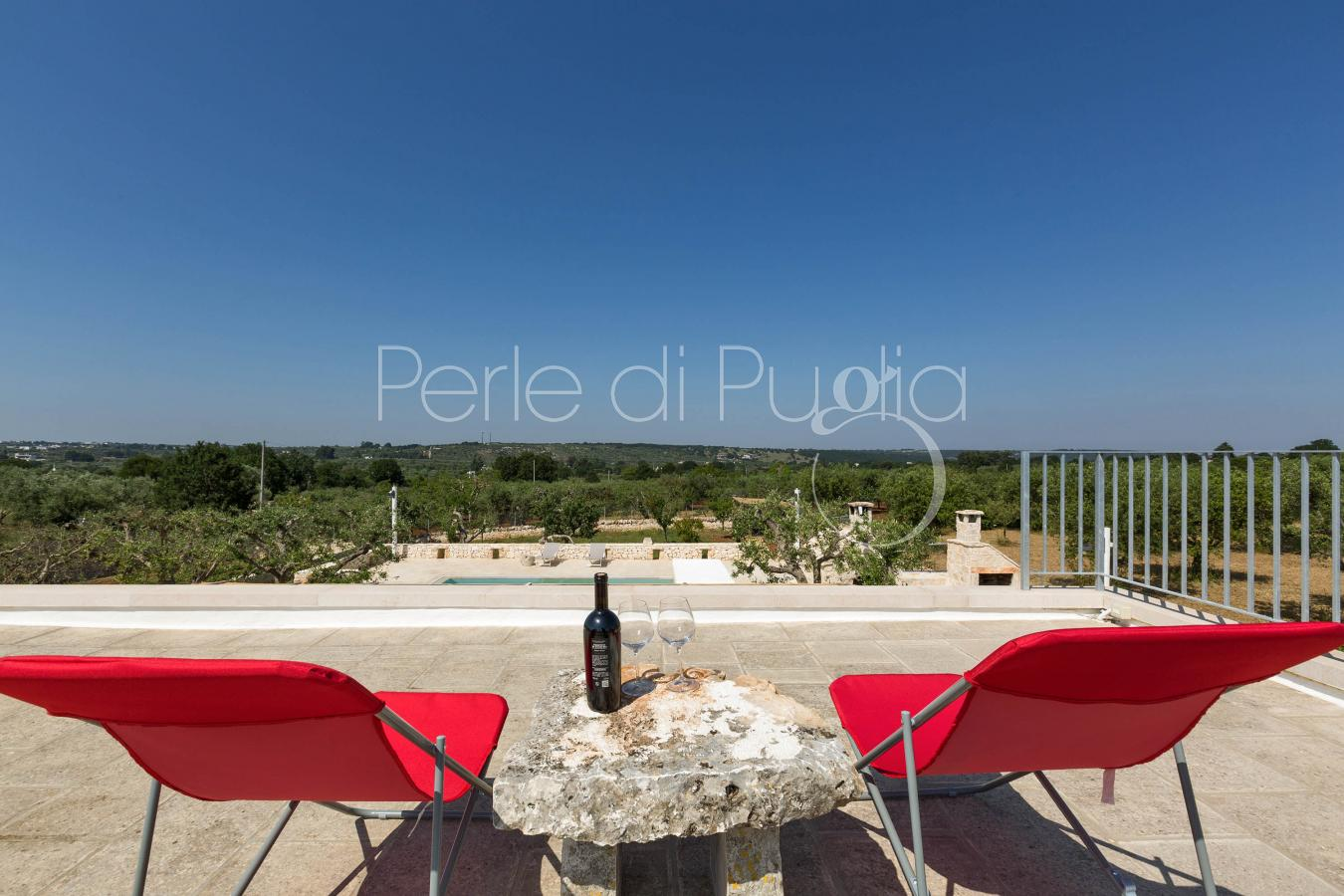 Trulli di lusso con piscina e cantina di vini ad alberobello for Piscina di lusso