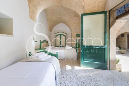 Bed and Breakfast - Tricase ( Otranto ) - LVC - Camera Tripla L`Arte del Legno