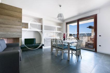 Gli interni: un living ampio e luminoso con grande vetrata sulla veranda