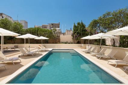 La piscina e il solarium, all`interno del bed&breakfast per vacanze nel Salento