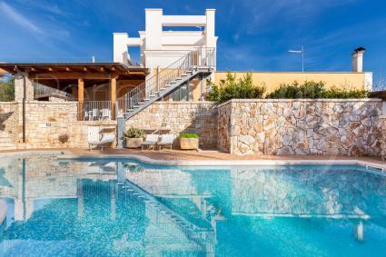 La villa con piscina si sviluppa su due livelli