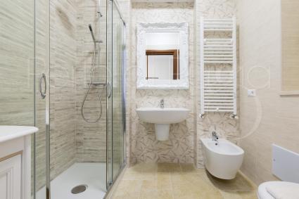 Il bagno doccia en suite alla prima camera
