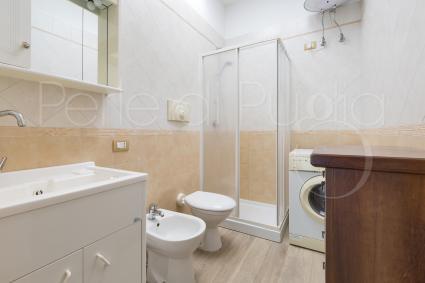 Il secondo bagno doccia del pianterreno, con lavatrice