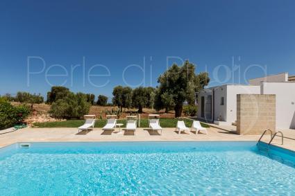 La piscina con solarium e dependance per vacanze in villa